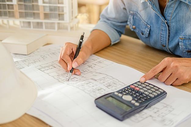Architekt oder ingenieur-entwurf, der an plan arbeitet Premium Fotos