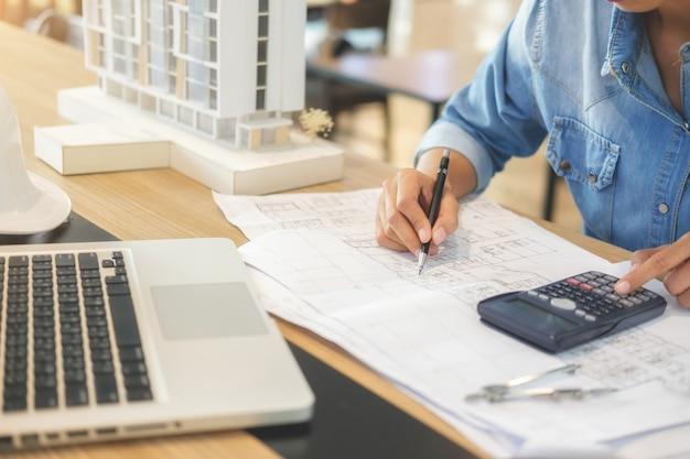 Architekt oder ingenieur-entwurf, der an plan arbeitet