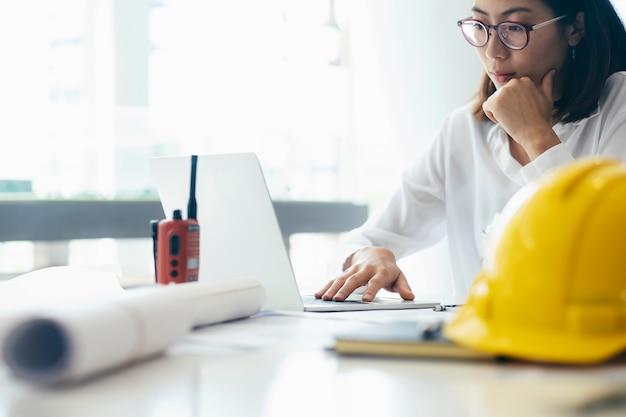 Architekt oder ingenieur im büro arbeiten