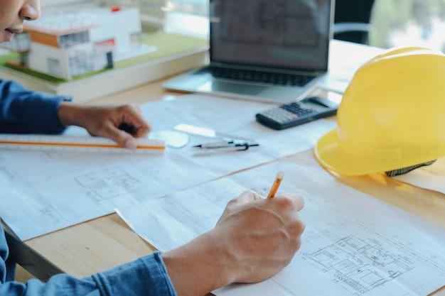 Architekt oder ingenieur im büro
