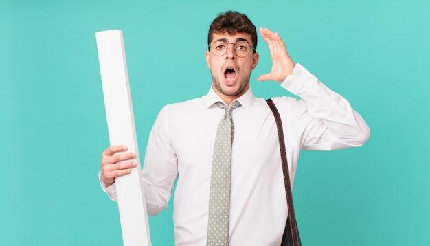 Architekt schreit mit erhobenen händen, ist wütend, frustriert, gestresst und verärgert