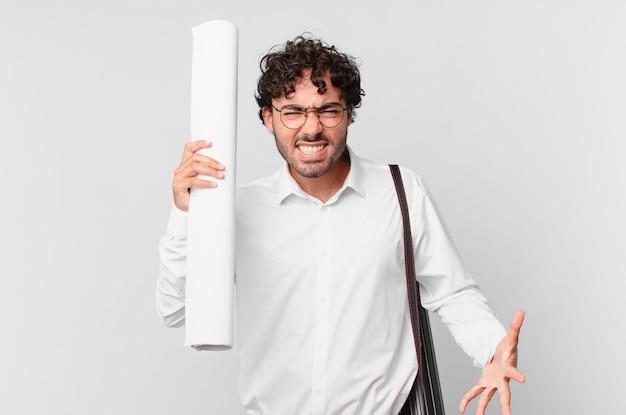 Architekt sieht wütend, verärgert und frustriert aus und schreit wtf oder was ist mit dir los?