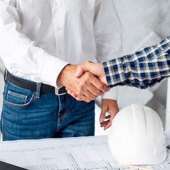 Architekt und auftraggeber beim händeschütteln