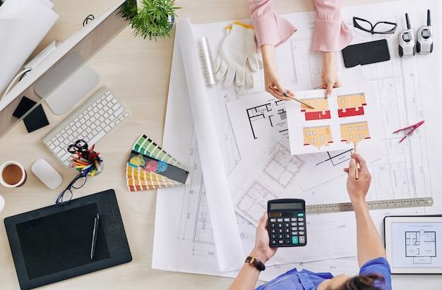 Architekt und bauunternehmer machen berechnungen