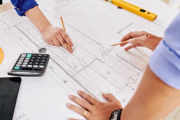 Architekten arbeiten am bauplan