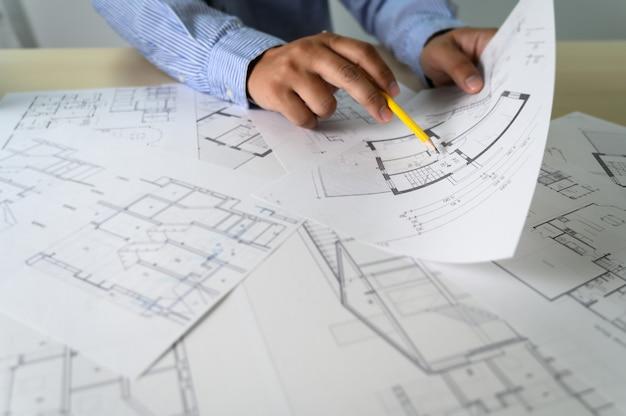 Architekten, die laptopinnenarchitektarbeitsplatz arbeiten konstruktionskonzeptwerkzeuge
