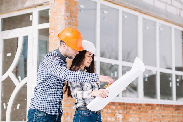 Architekten, die plan vor haus betrachten