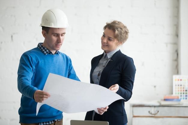 Architekten mit projekt in händen