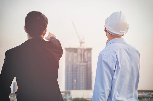 Architekten und geschäftsfreunde konsultierten den gleichen missionsorientierten arbeitsplan.