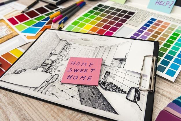 Architektenarbeit, die skizze zeichnet, plant blaupausen mit farbpalette für hilfe.
