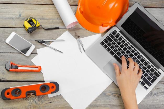 Architektenarbeitsplatz mit draufsicht des offenen laptops und der instrumente