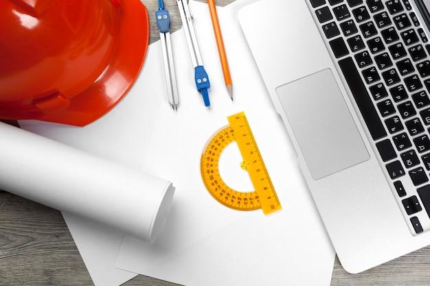 Architektenarbeitsplatz mit offenem laptop und instrumenten