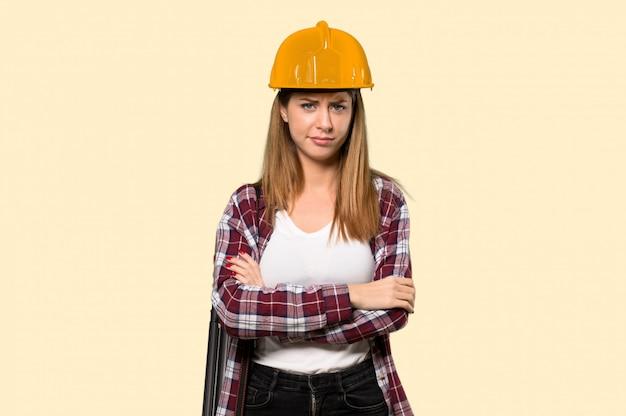 Architektenfrau, die auf gelb gestört glaubt