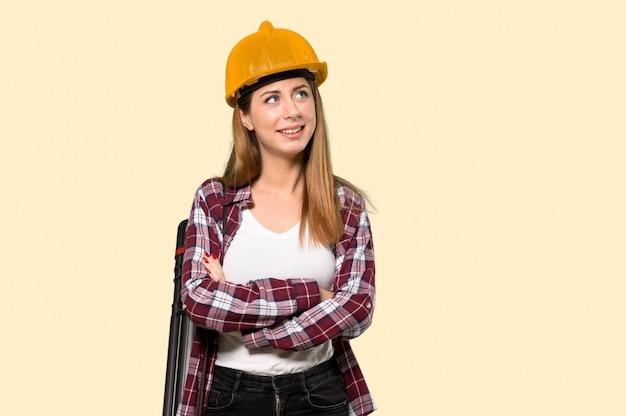 Architektenfrau, die oben beim lächeln schaut