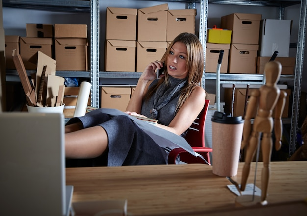 Architektenfrauen-bürolager, das mobile spricht