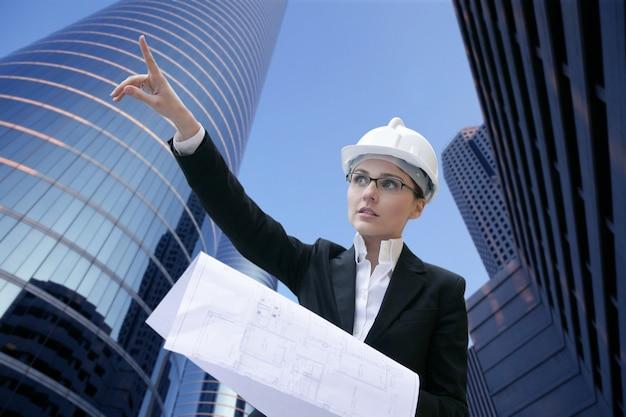 Architektenfrauenarbeiten im freien mit gebäuden