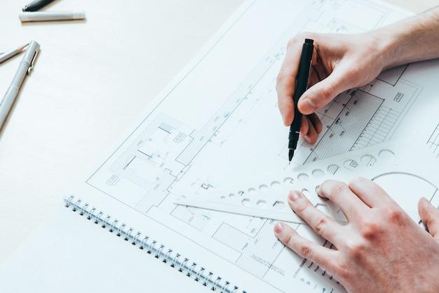 Architektenkarriere. kreative beschäftigung. männlicher ingenieur, der arbeitsprojekt zeichnet.