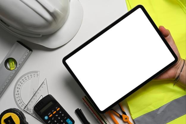 Architektenmann, der mit digitaler tablette für neues architekturprojekt arbeitet.