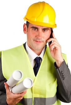 Architektenmann, der pläne sprechen am telefon hält