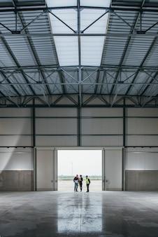 Architektenteam am arbeitsplatz mit lichtpausen