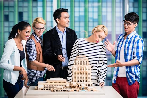 Architektenteam bei erfolgreicher präsentation