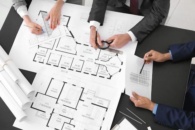 Architektenteam diskutiert projekt im büro