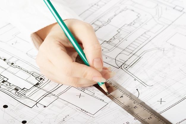 Architektentwurf, der zeichnungsskizze plant, plant blaupausen und macht architektonische konstruktion