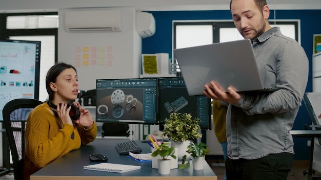 Architektin-ingenieurin, die headset im gespräch mit projektmanager abnimmt