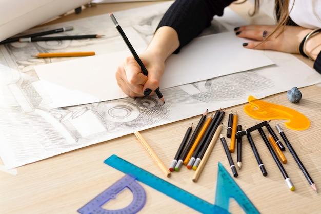 Architektin zeichnet einen plan