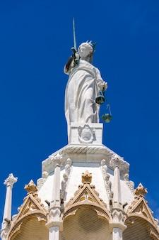 Architektonische details aus dem oberen teil der fassade von san marco in venedig, italien unter blauem himmel