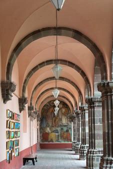 Architektonisches detail des korridors, universität der schönen künste, san miguel de allende, guanajuato,