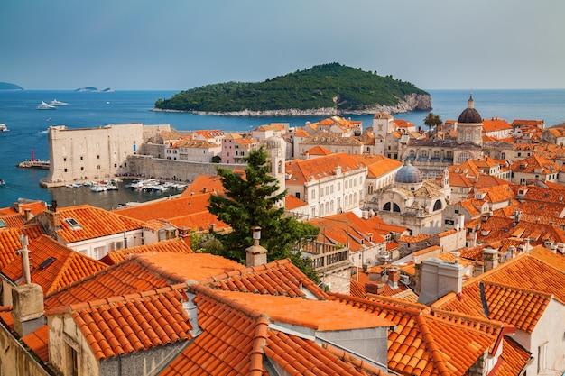 Architektur der altstadt von dubrovnik und der insel lokrum, süddalmatien, kroatien