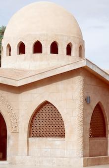 Architektur des hofes der moschee el mustafa in sharm el sheikh. ägypten.
