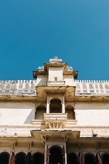 Architektur des stadtpalastes in udaipur rajasthan, indien