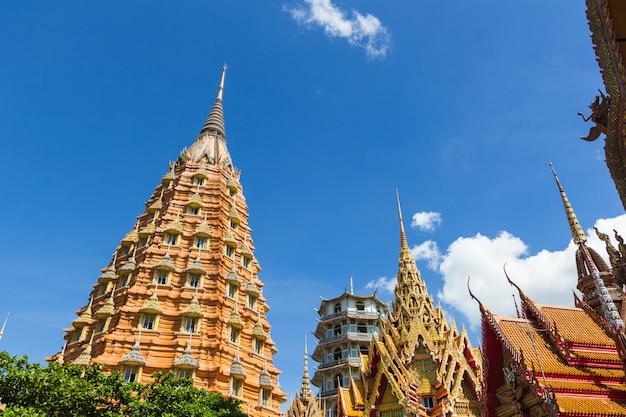 Architektur des thailändischen tempels, wat thum sua, kanchanaburi provinz, thailand