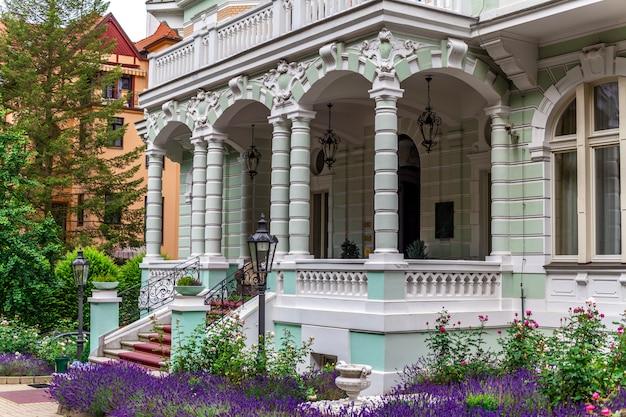 Architektur in karlsbad, eingang zum hotel
