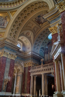 Architektur- und malereidekoration der schönen katholischen innenkathedrale mit marmorstatuen und -skulpturen in budapest, ungarn.