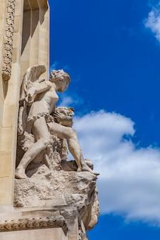 Architekturdetail über steinskulpturen von zwei engeln am großartigen palais in paris