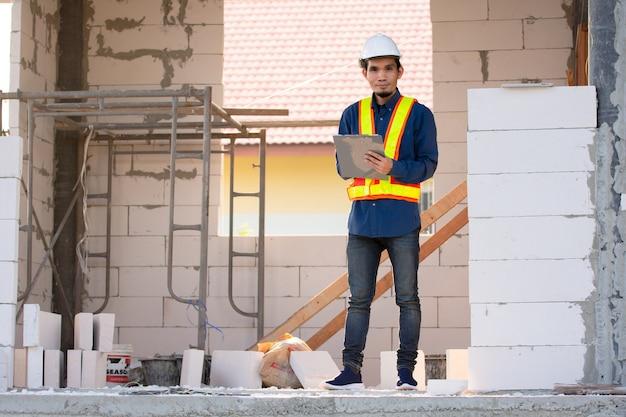 Architekturingenieur, der die qualitätskontrolle auf der baustelle durchführt