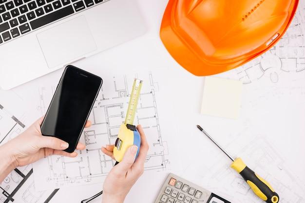 Architekturkonzept mit bauplan und smartphone