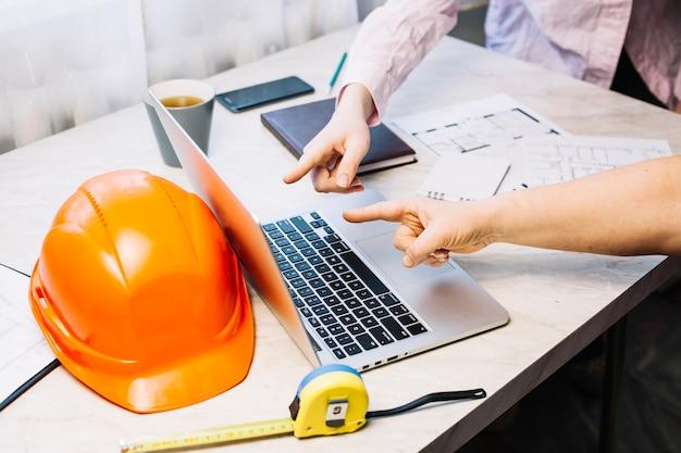 Architekturkonzept mit laptop auf arbeitsplatz