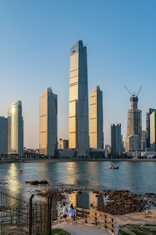 Architekturlandschaft der schönen küstenlinie in qingdao, china
