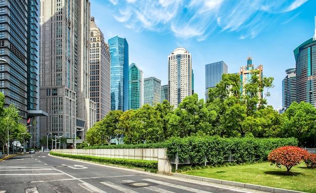 Architekturlandschaft und städtische straße des bürogebäudes lujiazui in shanghai