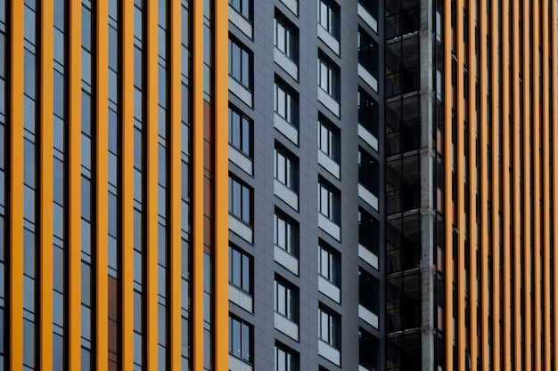 Architekturmuster aus den fenstern und der belüfteten fassade eines mehrstöckigen gebäudes