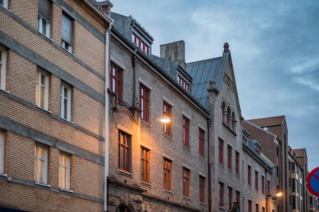 Architekturoberflächenziegelstein des errichtens norwegisch mit fenster am abend