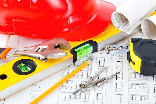 Architekturplan und objekte für die architektur auf belolm raum auf dem tisch