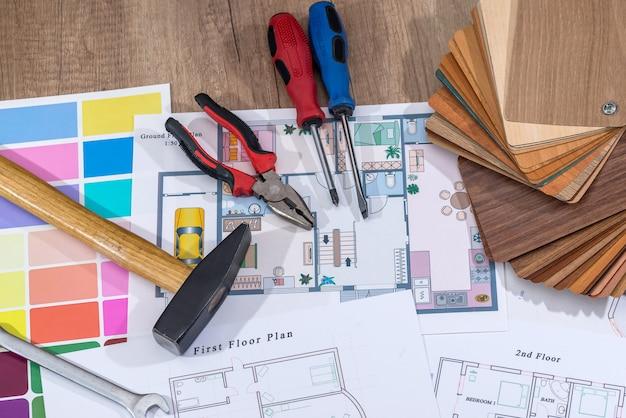 Architekturplanhaus mit holzmustern und arbeitswerkzeugen.