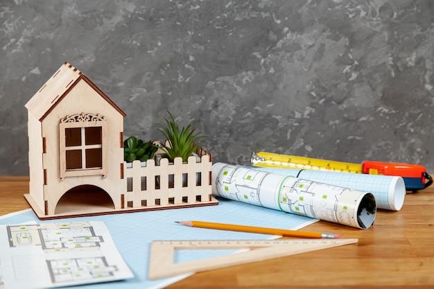 Architekturprojekt der vorderansicht auf schreibtisch