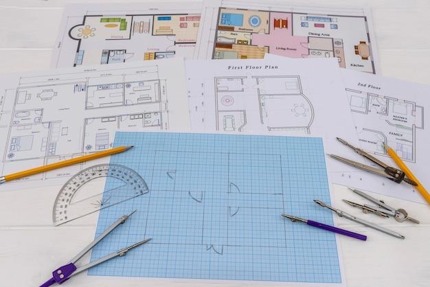 Architekturskizze des hauses auf millimeterpapier mit werkzeugen