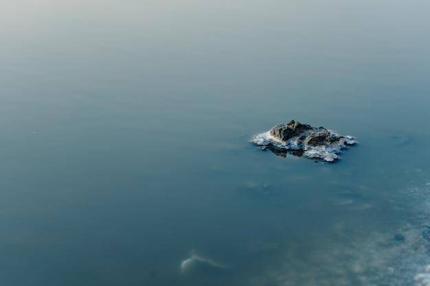 Areial blick auf die insel im salzsee. schöne farben der natur. reisefototisch. getrocknetes meersalz im wasser.